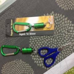 Magnetic fishing net releaser